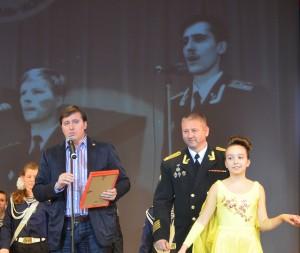 Игорь Воловиков, помощник депутата, зачитывает памятный адрес от Ольги Епифановой