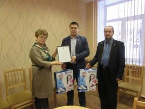 Игорь Гуськов вручает подарки